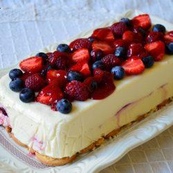 Чийзкейк с бял шоколад и летни плодове